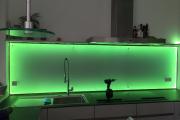 Glasbau_Spritzschutz_in_Küche_aus_ Milchglas_mit_grüner_LED_Beleuchtung